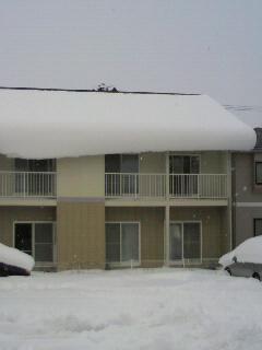 雪の落ちる屋根